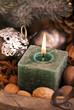Kerze mit Weihnachtsdekoration
