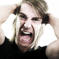 jeune homme crise de colère