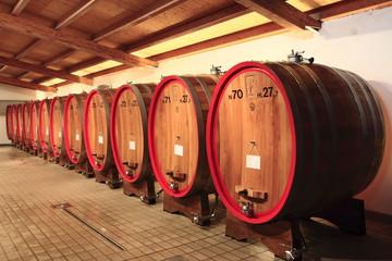 Weinkeller, Eichenfässer, Friaul Julisch Venetien, Italien