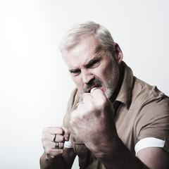 homme mûr énervé combat corps-à-corps