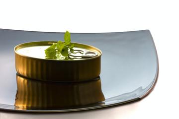 comida sencilla en lata presentada con elegancia