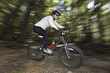 Mountain-Bikerin im Wald