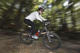 Mountain-Bikerin im Wald