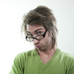 homme mal coiffé sérieux lunettes
