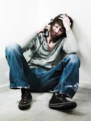 jeune homme accablé combiné téléphone