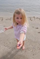 Enfant montrant un coquillage