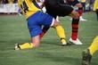 Zweikampf zwischen Abwehrspieler und Stürmer