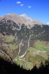Bergkette in Südtirol mit Bauernhöfen