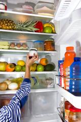 cogiendo comida del frigorifico