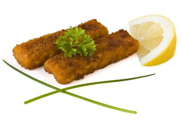 Fischstäbchen mit Zitrone und Petersilie isoliert