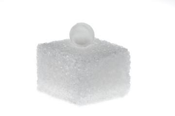 Süßstoff und Zuckerwürfel. Symbol für Kalorien und Diät
