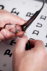 optiker repariert brille