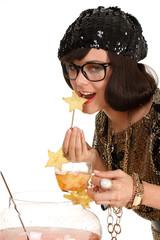 Frau isst Frucht