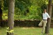 hombre posando en el campo