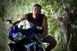 motorista, motorista encima de la moto deportiva