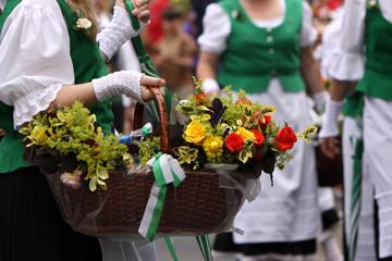 Landfrauen mit Blumenkörben bei einem Festumzug