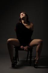 Dame sitzt auf Stuhl