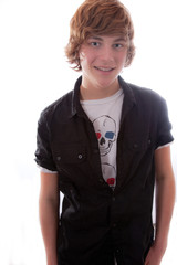 Junge im schwarzen Hemd