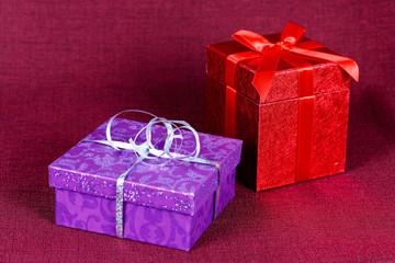 Geschenke mit roter Schleife