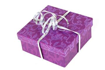 Violett Geschenk mit  Schleife,freigestellt