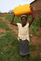 corvée d'eau en brousse (Burkina Faso)