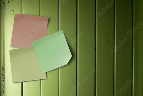 notes de couleurs sur un mur vert en bois message de olivier le moal photo libre de droits. Black Bedroom Furniture Sets. Home Design Ideas