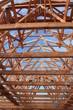 neuer Dachstuhl mit blauem Himmel