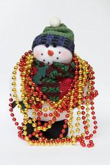 muñeco de nieve con collar de colores