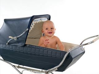 bambino sorridente sopra culla carrozzina