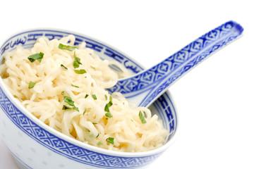 Bol de nouilles chinoises sur fond blanc