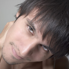 focus visage jeune homme regard sourire