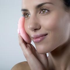 jeune femme épanouie soin du visage délicatesse