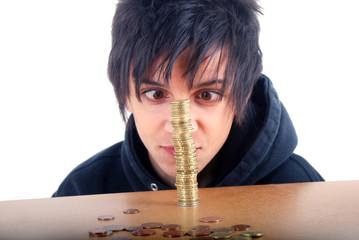 Adolescent louchant devant une pile d'euro  01