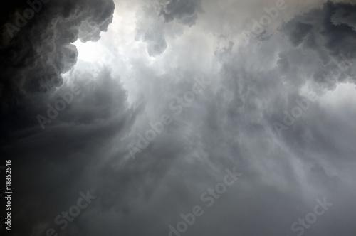 dramatyczne-chmury-podczas-ulewy
