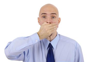Mann hält sich den Mund zu