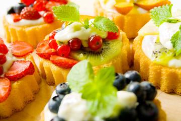 Bunte Früchtetörtchen