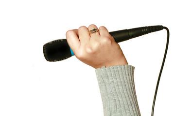 microfono con mano su sfondo bianco