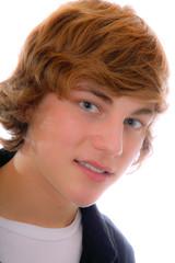 Blonder junger Mann mit schwarzen Hemd