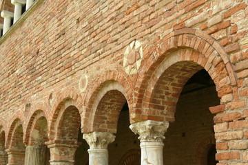 decorazioni sopra gli archi