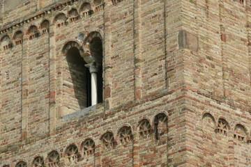 finestra a bifora su muro dentellato