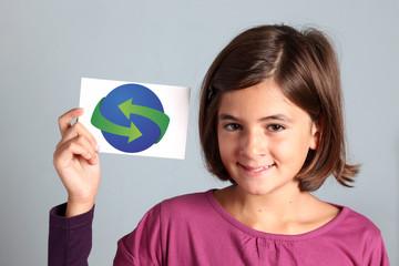 riciclare - bambina mostra simbolo