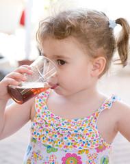 bambina che beve una bibita