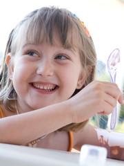 bambina che mangia il gelato