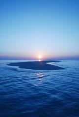 水平線へ沈む太陽