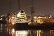 Schiff wird nachts im Hafen beladen