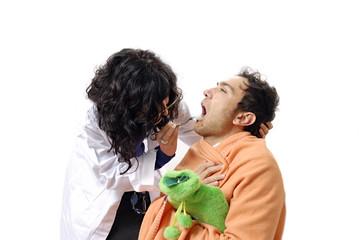 dottoressa controlla la gola al paziente