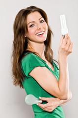 Frau mit Energiesparlampe