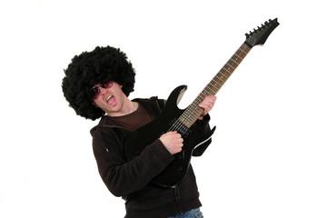 Gitarrist mit schwarzer Gitarre, Perücke und Sonnenbrille