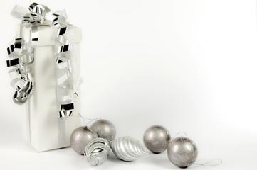 pacco regalo su un fondo bianco