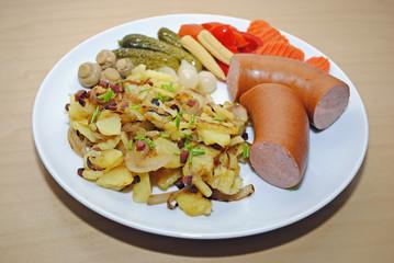 Fleischwurst mit Bratkartoffeln und Gemüse
